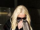 Fina! Lindsay Lohan faz, discretamente, gesto obsceno para fotógrafos