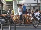 Caio Castro almoça com amigos no Rio