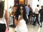 Cleo Pires não desgruda do celular em aeroporto do Rio