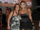 Viviane Araújo leva a mãe a show de Roberto Carlos