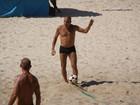 Eri Johnson joga futevôlei com amigos em praia carioca