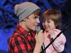 Justin Bieber canta com irmã em show especial de Natal