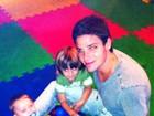 Jonatas Faro brinca com o filho e com o ex-enteado