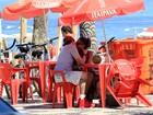 Recém-casados, Felipe Dylon e Aparecida Petrowky curtem praia