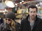 Blake Lively e Ryan Reynolds circulam de mãos dadas no Canadá