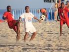 Romário joga futebol de areia no Rio