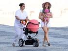 Fernanda Pontes brinca com a filha em praia no Rio