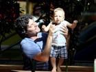 Fofo! Felipe Camargo ensina filho a dar os primeiros passinhos