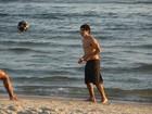Caio Castro joga 'altinho' na praia