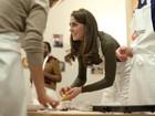 Kate Middleton aprende a cozinhar em visita a instituição beneficente