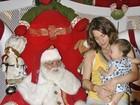 Letícia Spiller leva a filha para fazer foto com o Papai Noel