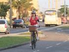 Christiane Torloni anda de bicicleta de cestinha na orla
