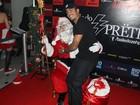 Marido de Luana Piovani senta no colo do Papai Noel em evento