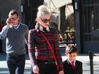 Na beca: Filho de Gwen Stefani usa terno para passeio em zoológico