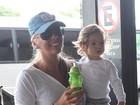 Adriane Galisteu embarca para Orlando com o filho, Vittorio