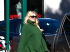 Grávida, Jessica Simpson aparece enorme enquanto compra café