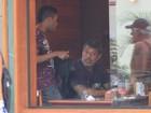 Alexandre Frota almoça com amigos, enquanto mulher compra biquíni