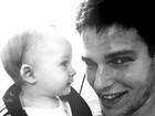 Jonatas Faro comemora oito meses do filho com foto no Twitter