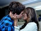 Recém-casado, Felipe Dylon faz  show e ganha beijo da mulher
