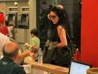 Danielle Winits toma sorvete com o filho mais velho no Rio