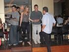 Angélica e Luciano Huck jantam com amigos no Leblon