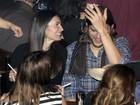 Ashton Kutcher aparece com nova namorada idêntica a Demi Moore