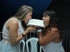 Mulher Maçã divide bolo com amiga em festa de Réveillon