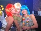 Angélica, Paola Oliveira e Dieckmann passam réveillon de perucas coloridas