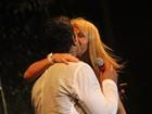 Xanddy ganha beijo de feliz Ano Novo da mulher Carla Perez