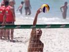 Roger Flores aproveita férias jogando vôlei com amigos em praia carioca