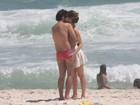 Juliana Didone e Bruno Mazzeo beijam muito em praia do Rio