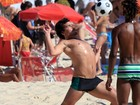 Thiago Martins joga futevôlei na praia
