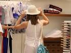 Letícia Spiller faz compras no Rio e experimenta chapeu