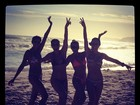 Juliana Paes posta foto na praia cercada de amigas
