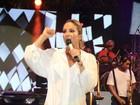 Claudia Leitte canta de shortinho e descalça em show do Harmonia