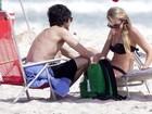 Fiuk troca chamegos com namorada na praia