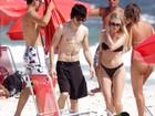 Fiuk passeia com a namorada na praia