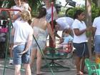 Mateus Solano brinca com a filha em parquinho, no Rio