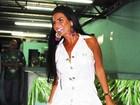 Solange Gomes simula strip-tease em ensaio de escola de samba