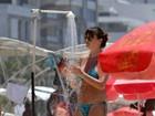 Três meses após dar à luz, Letícia Birkheuer exibe boa forma na praia