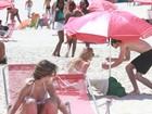Com a namorada, Fiuk curte dia de praia no Rio