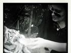 Adele dá mamadeira a tigre branco bebê