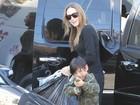 Filho de Angelina Jolie 'ameaça' paparazzo e atriz acha graça