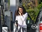 Com visual de mulher mais velha, Selena Gomez abastece carro em LA