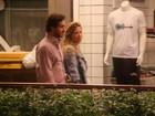 Paulo Rocha passeia acompanhado por shopping no Rio