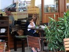Carolina Dieckmann é só chamegos com o filho no almoço de sábado