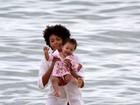 Sheron Menezzes brinca com criança na praia