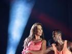 Com vestido de fenda profunda, Ivete Sangalo faz show no Guarujá