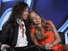 Jennifer Lopez 'ganha' colo de Steven Tyler em coletiva de imprensa