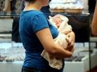 Carolinie Figueiredo passeia com a filha por shopping pela primeira vez